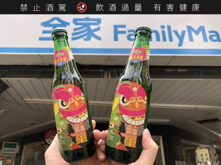 台啤特製的酒標上,象徵納福、熱鬧的舞獅與彩色插畫變身成為視覺主軸,同時僅在萬華鄰...