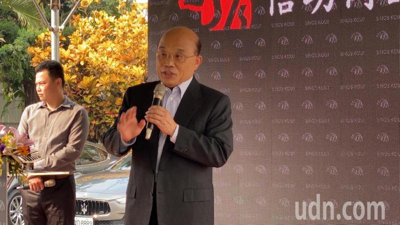行政院長蘇貞昌今帶隊參訪屏東縣信功實業公司,上台致詞。記者劉星君/攝影
