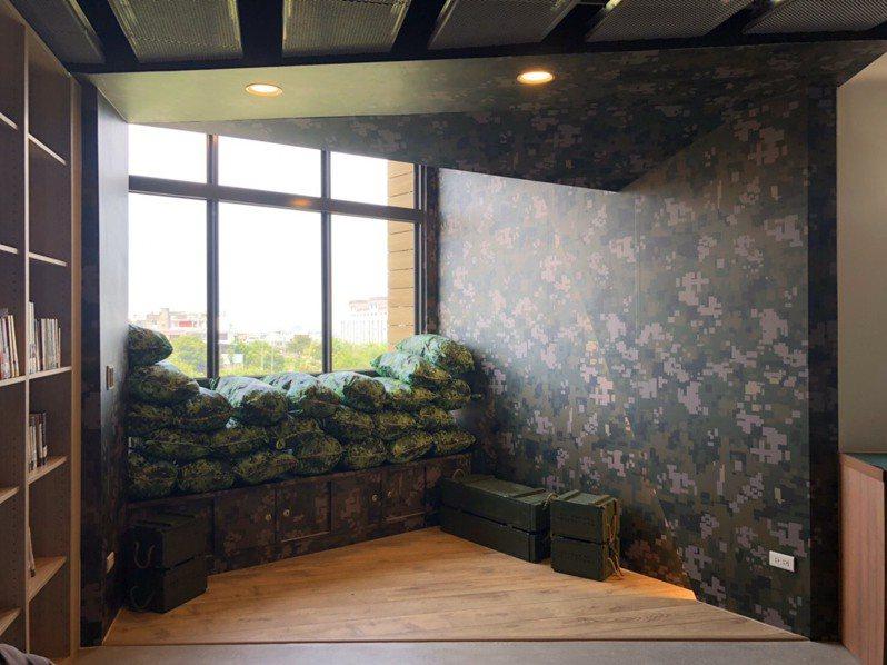 3樓以迷彩、彈藥箱等軍事元素,打造「軍事圖書專區」。圖/山仔頂圖書分館提供