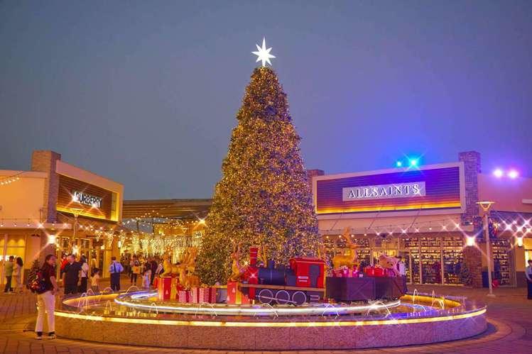二期環繞耶誕樹奔馳的「水上幸福列車」。圖/華泰名品城提供
