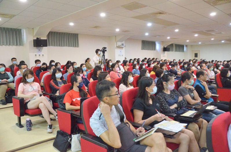 南投縣教育處今天舉辦雙語教學研習,包括台灣雙語注音符號表,讓學生熟悉英語發音。圖/南投縣政府提供