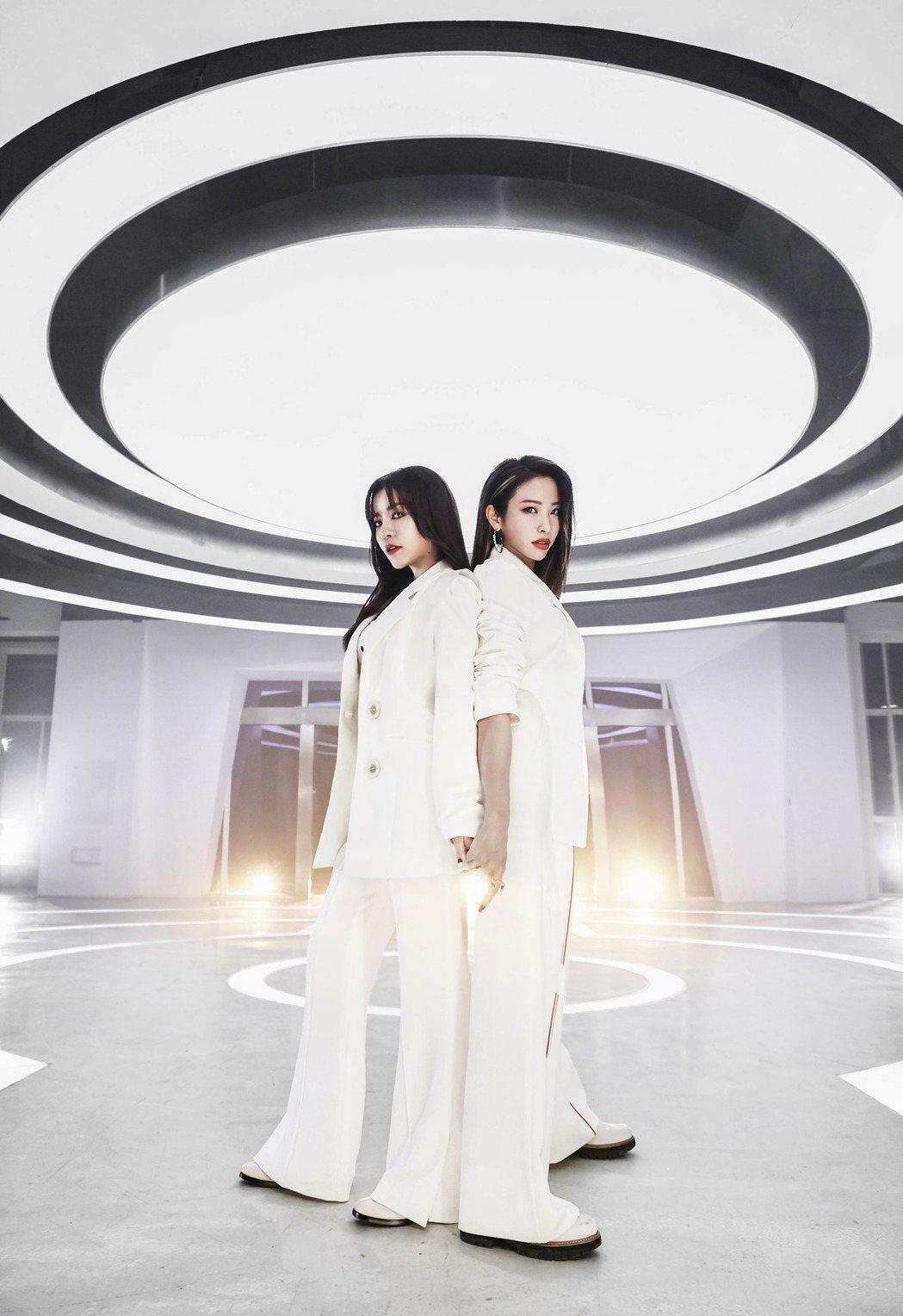 丁噹(左)與袁詠琳共同創作新歌「我要我」,展現女力。圖/相信音樂提供