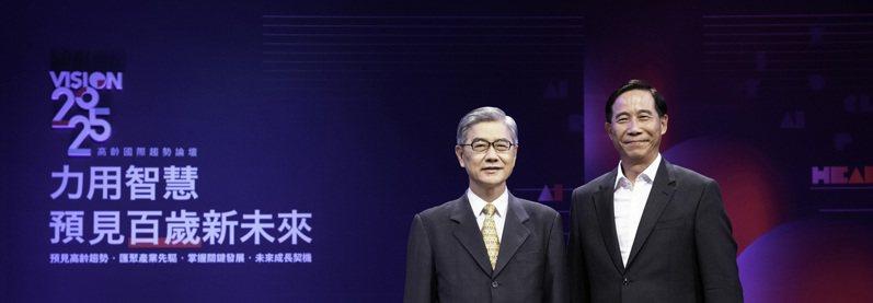 台灣人壽總經理莊中慶(右)與金管會主委黃天牧(左)合影。台灣人壽/提供