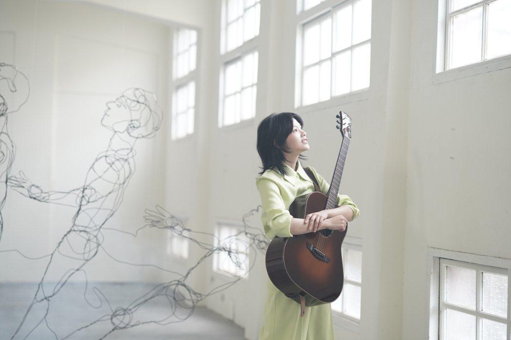 柯泯薰新歌「另個時空的你」,唱出低潮時,吳青峰對她的暖心。圖/洗耳恭聽提供