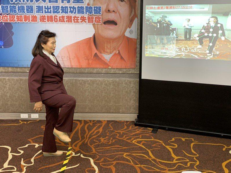 台灣流行病學學會找出24個可偵測認知功能障礙的姿勢,透過AI偵測民眾是否具有其風險。記者陳雨鑫/攝影