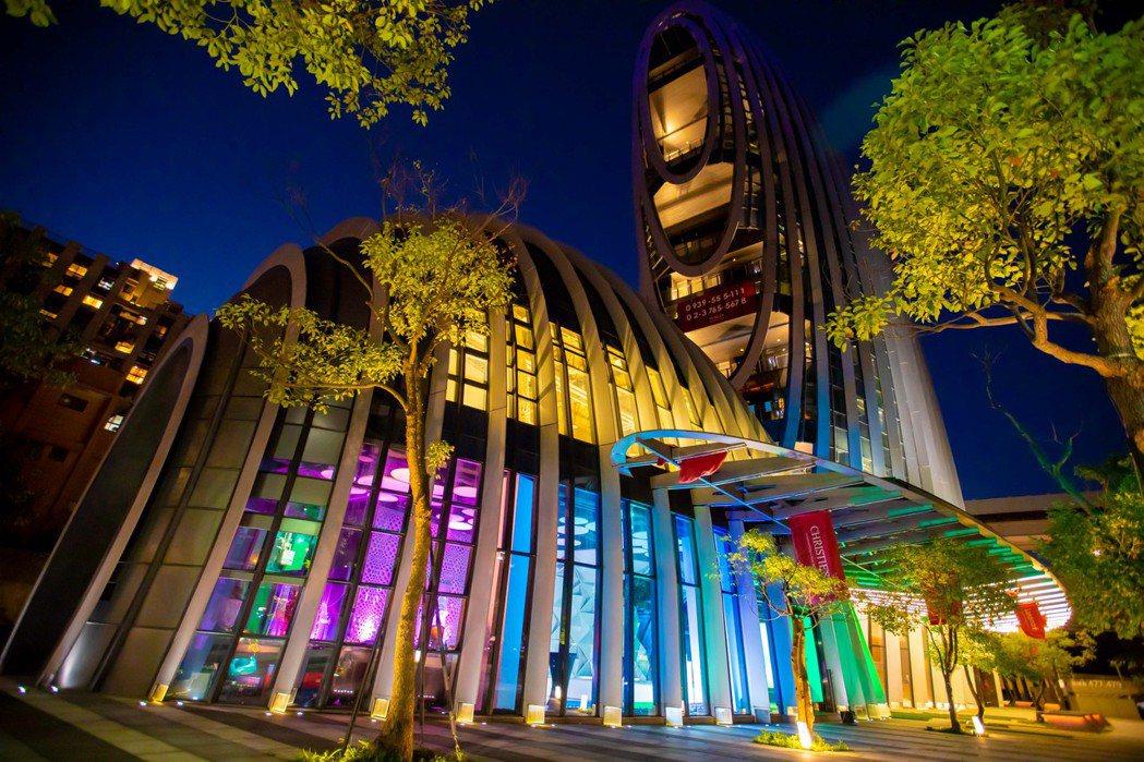 昕諾飛在充滿未來感的「砳建築」,透過光的多元應用與技術,提升砳建築的整體視覺效果...