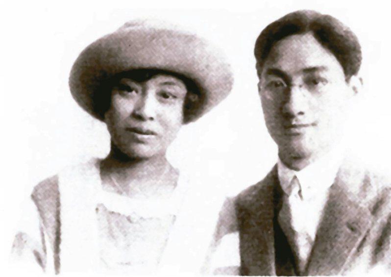 徐志摩(右)說他和張幼儀的婚姻就像是「小腳與西服」不相稱。(圖/本報資料照片)