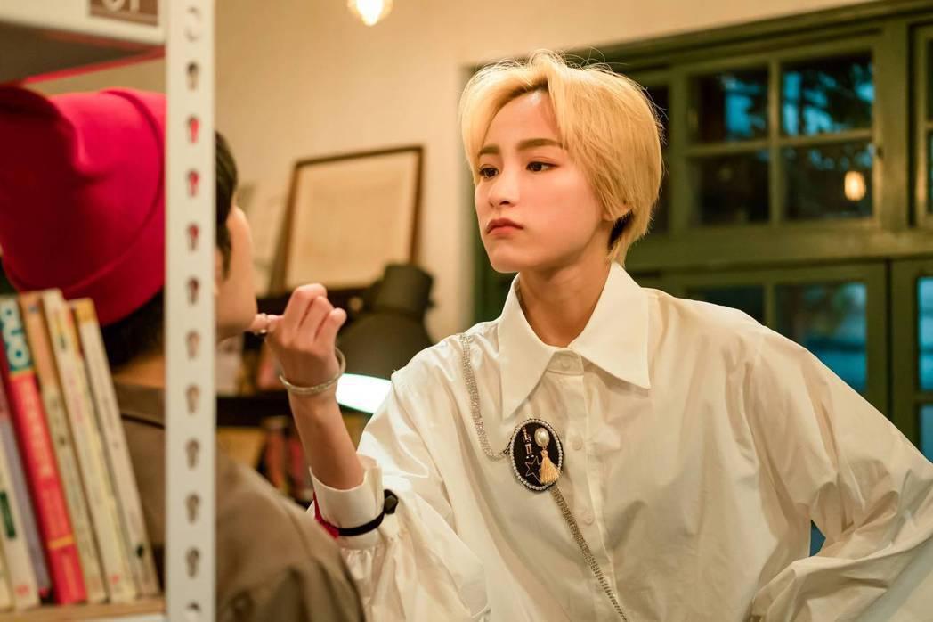 陳加恩在「不讀書俱樂部」中飾演韓國練習生。圖/双喜電影提供