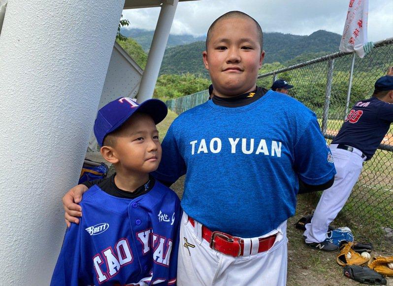 桃源國小3年級的胡子宥和4年級的潘柏愷,第一次打比賽。記者陳宛晶/攝影