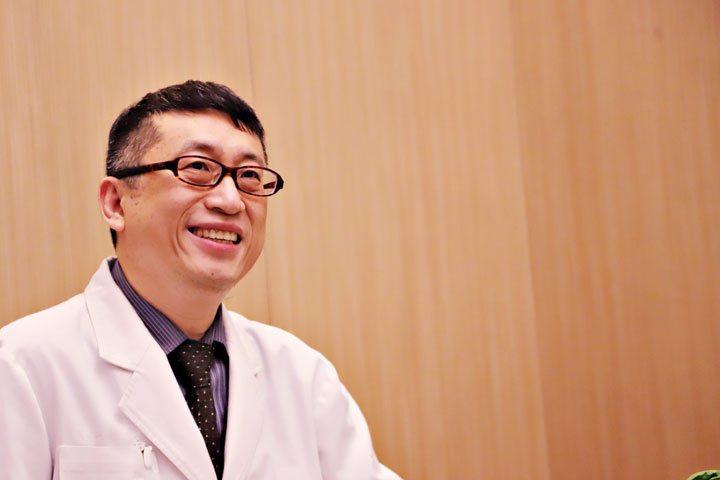 聯安診所健康管理中心主任洪育忠38歲時確診大腸癌三期,如今已抗癌14年。圖/聯安診所提供