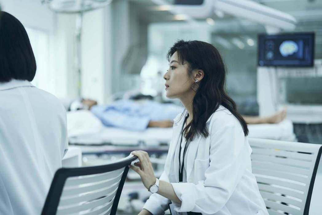 楊小黎飾演冷豔理性的科學家。圖/公視提供