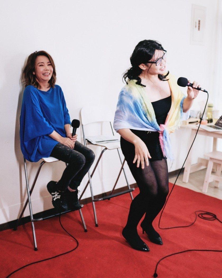 辛曉琪(左)聽那那大師飆嗓,笑到崩潰。圖/三元素娛樂、小鋼砲娛樂提供