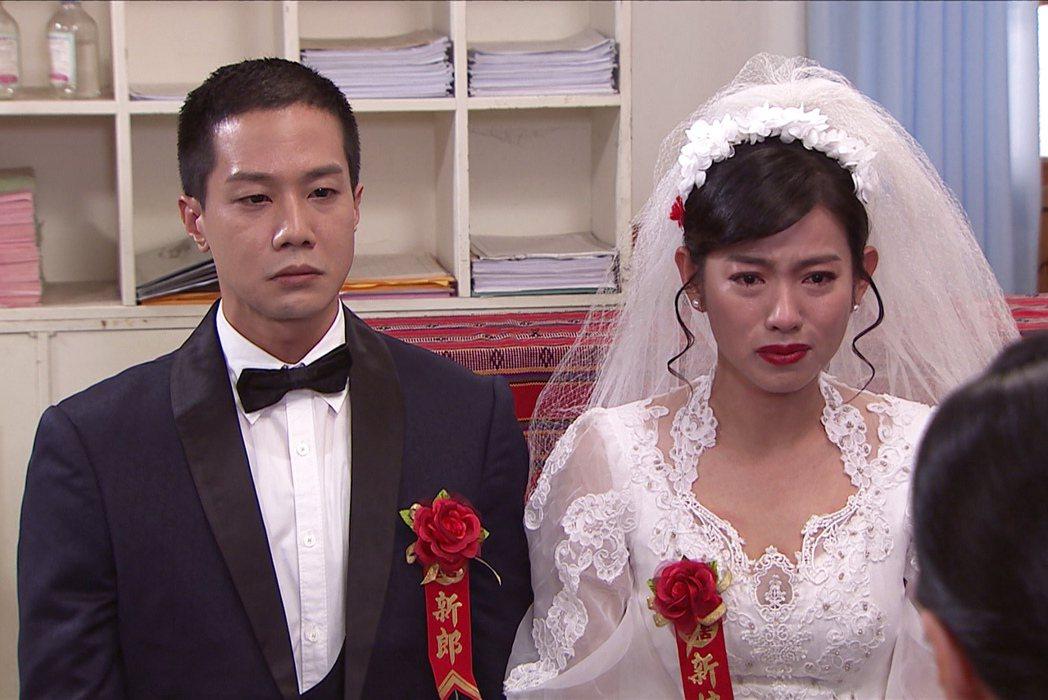 米可白(右)在「生生世世」中嫁給薛仕凌。圖/台視提供