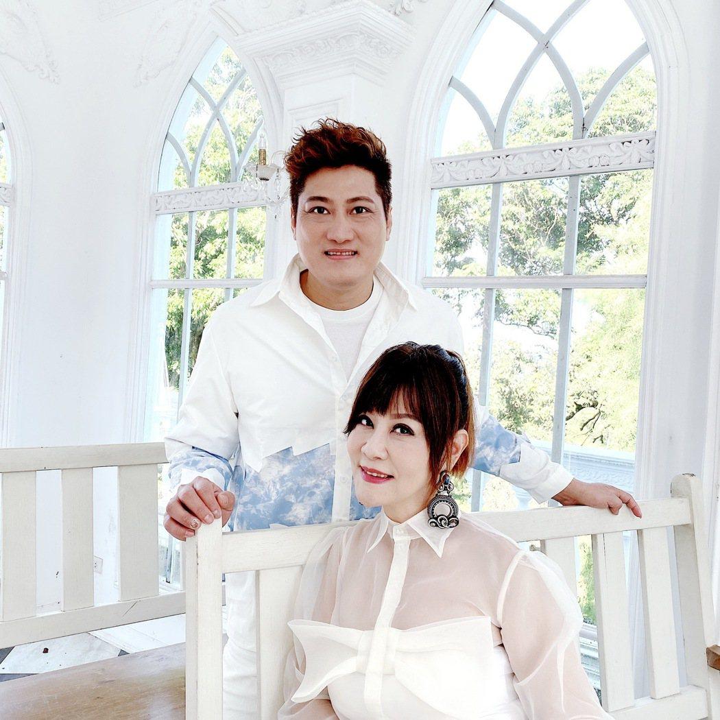 龍千玉(右)新歌「一磚一瓦」,邀楊哲對唱PK抖音。圖/豪記唱片提供