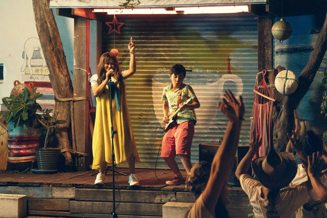 家家(左)與13歲的烏克麗麗天才馮羿合作「藍色啤酒海」。圖/相信音樂提供