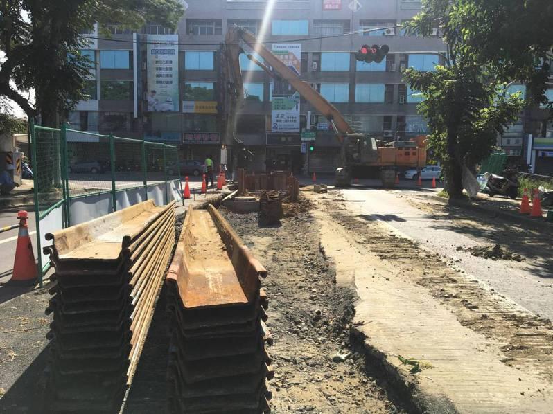 台南市永康區「柴頭港溪D幹線排水工程」施工現場緊鄰住家,施工延宕,民眾叫苦。圖/林燕祝服務處提供
