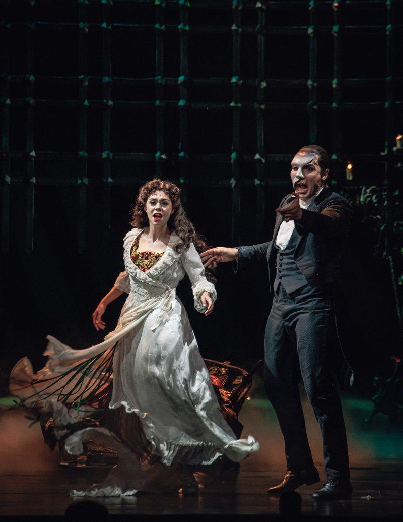 「歌劇魅影」昨在台正式開演,男主角強納森羅克茅斯(右)和女主角卡莉安沃爾希帶來最棒的表演。圖/寬宏提供