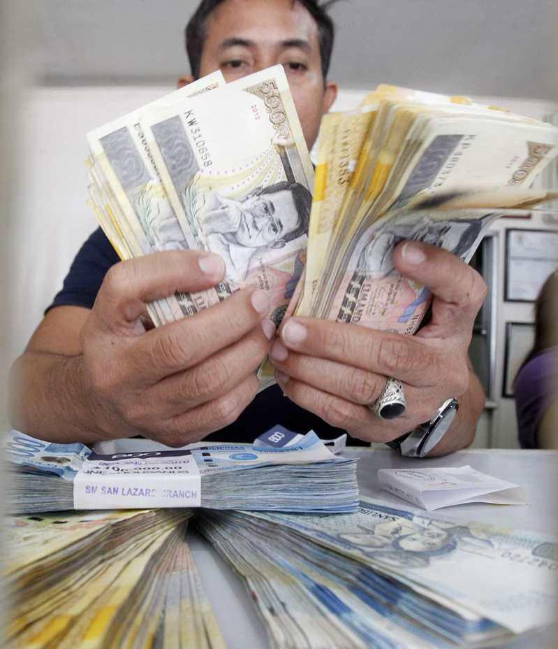 印尼和菲律賓19日意外把基準利率降到歷史低點,圖為菲律賓披索。(路透)