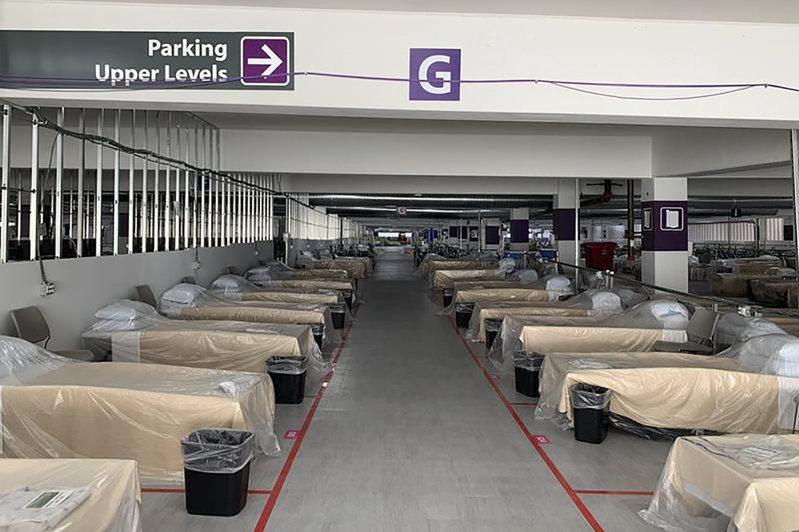 全球新冠疫情再度爆發,重症病床都不敷使用。圖為內華達州雷諾市的瑞龍地區醫院被迫把院內停車場改裝成臨時病房,加置病床接納新冠病患。(美聯社)