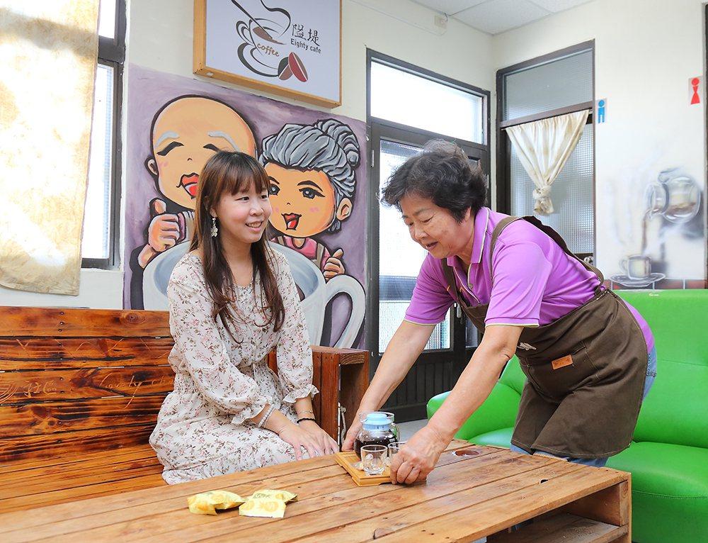 阿嬤咖啡館逐漸打出名聲,相當多人從外地慕名而來喝咖啡。  攝影/Carter