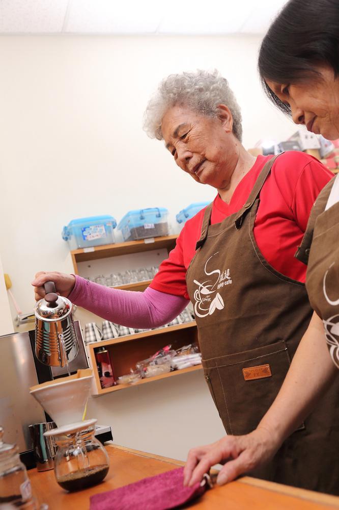 學習咖啡技能,不只替社區跟阿嬤多了收益,也讓阿嬤多了新話題。  攝影/Cart...