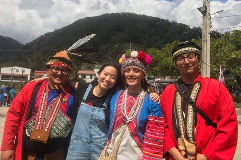「DFC臺灣」發起人許芯瑋與鄒族孩子見面。 圖/「DFC臺灣」提供