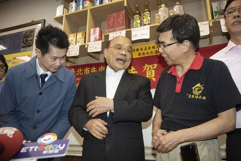 行政院長蘇貞昌(中)帶著丁怡銘(左)向牛肉麵業者致歉。 圖/聯合報系資料照