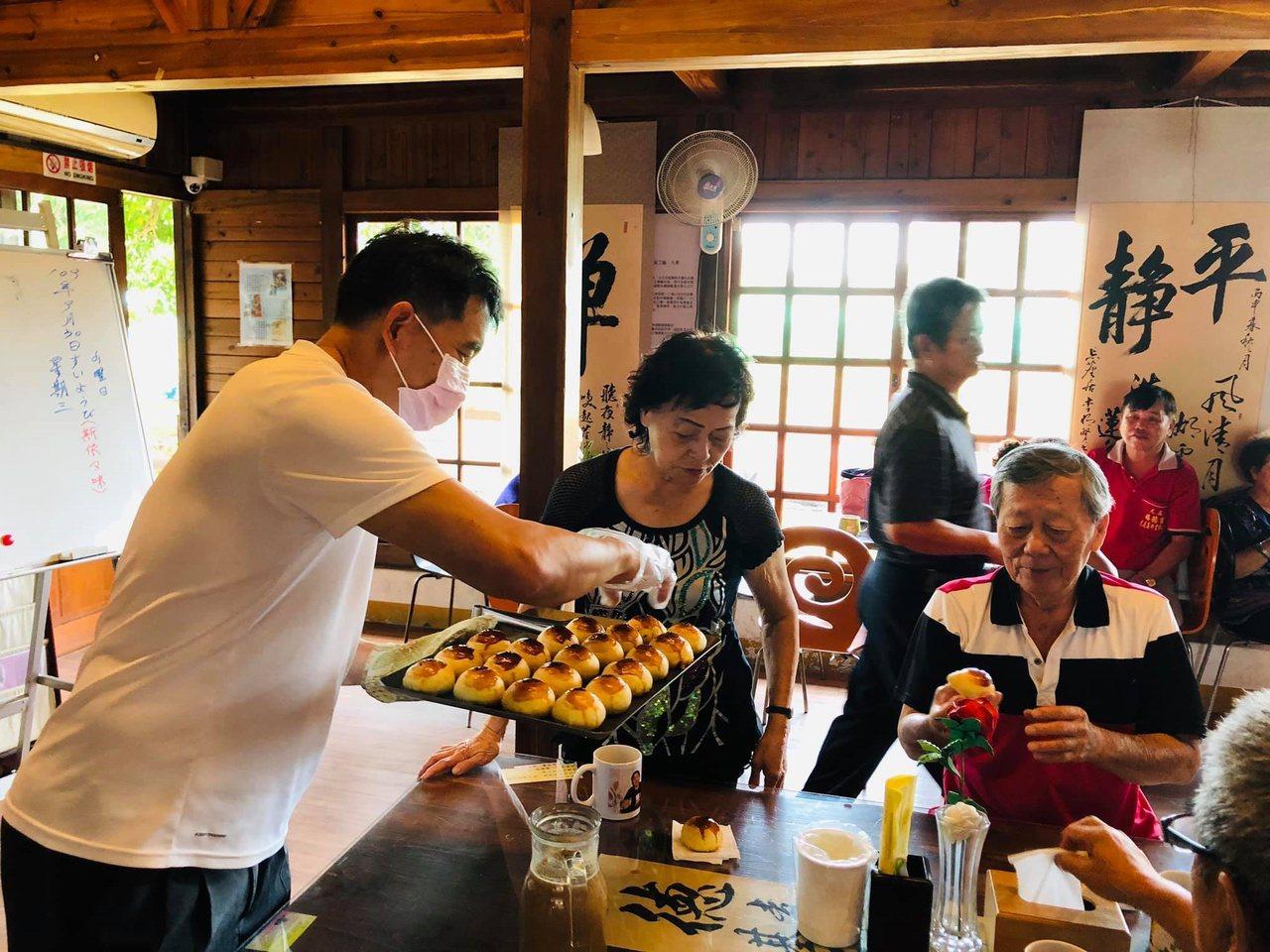 除了各種才藝還有美食研習,在地烘焙師細心教導老人家學做餅。 圖/蔡維斌 攝影