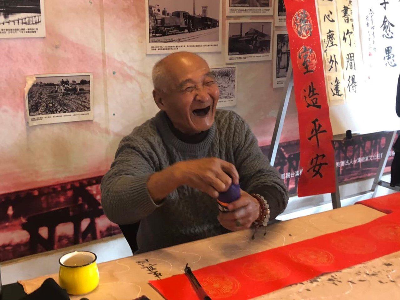 一生樂觀的李明賢原在廟口賣炸粿,無師自通寫得一手好字,遠近成名,他不惜傳藝,生活...