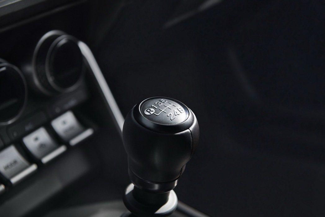 Subaru BRZ仍然配備六速手排變速箱,也有六速自排可選。 圖/Subaru...