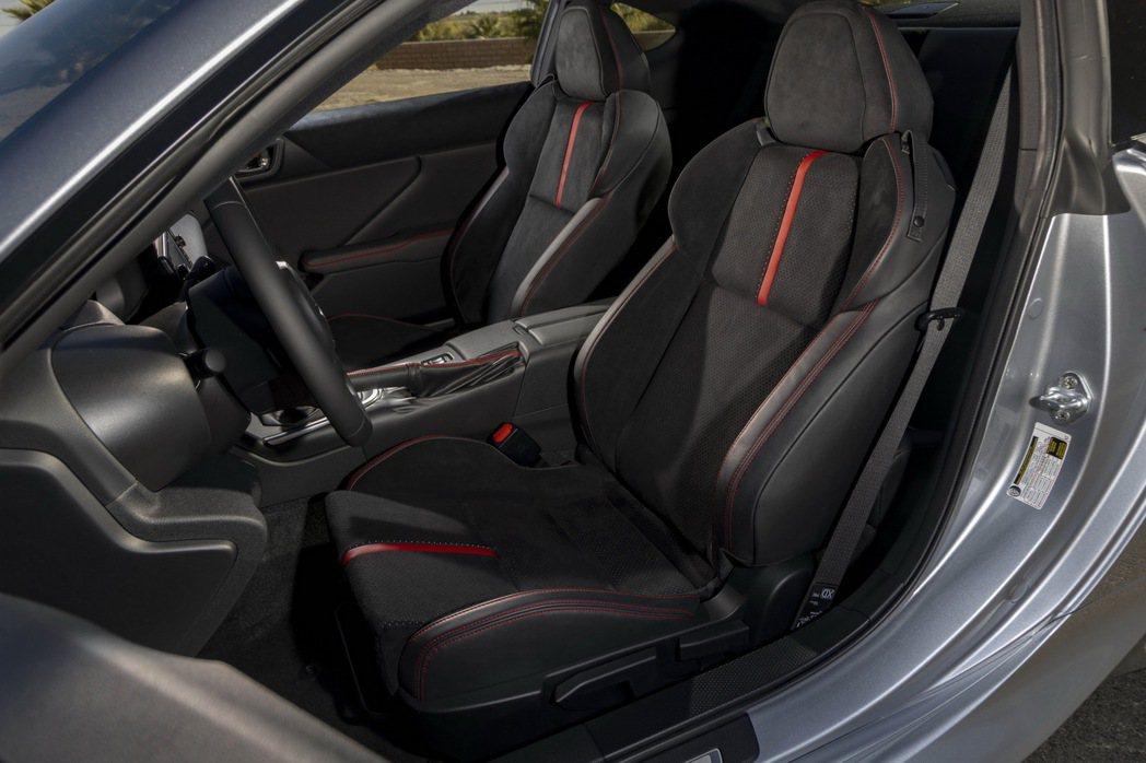 麂皮混搭的雙前座跑車座椅。 圖/Subaru提供