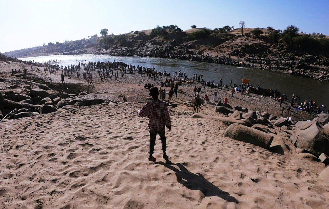 衣索比亞內戰期間,大批難民逃往鄰國蘇丹。圖為蘇丹邊界的難民。 圖/路透社