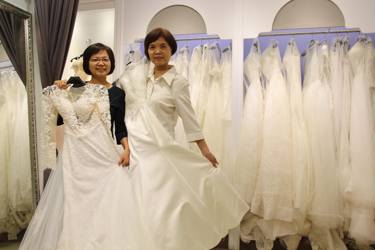 退休公務員蕭秀定(左)與蕭秀霞創業開婚紗店,展開事業第二春。 圖/林敬家 攝影