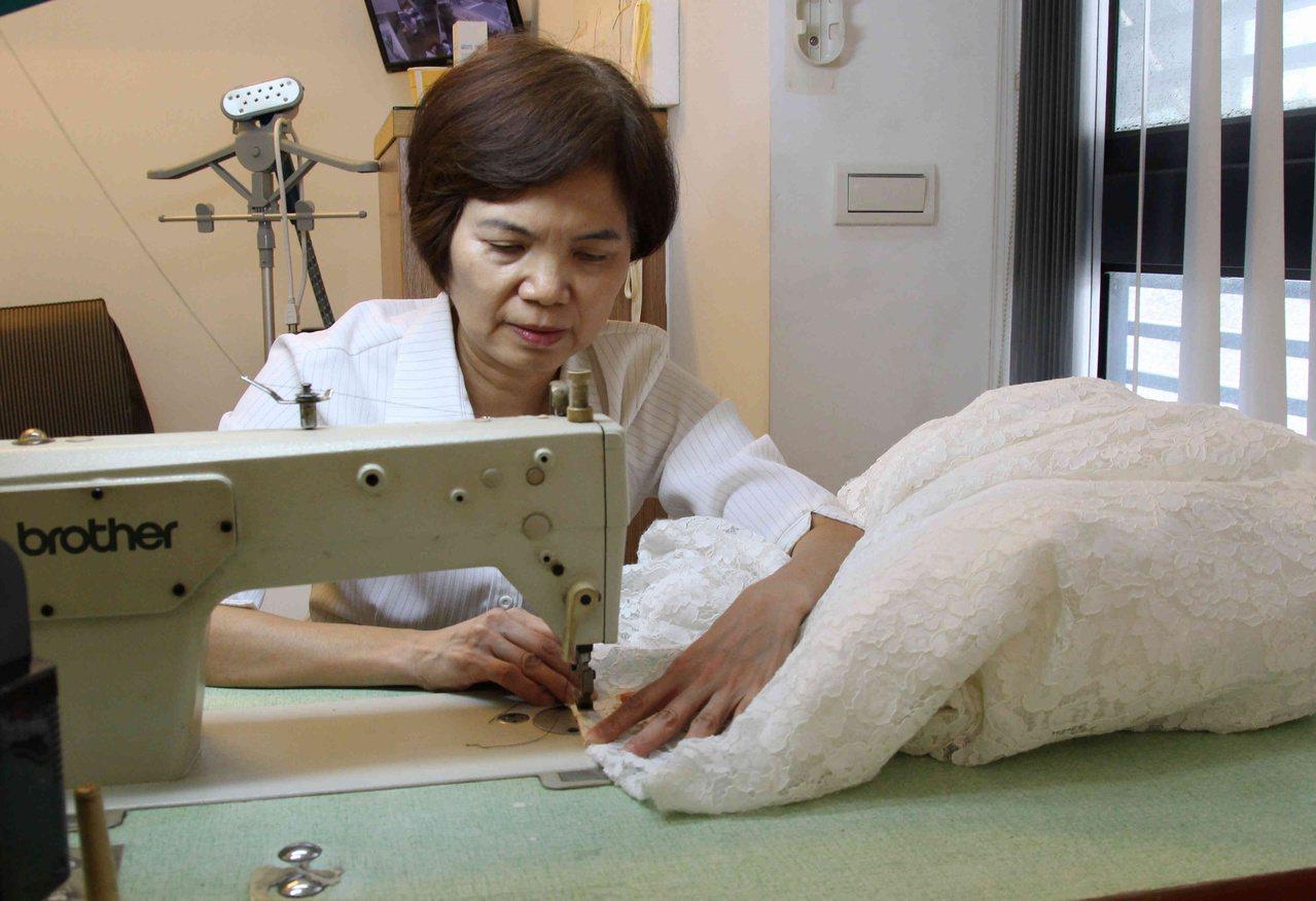 2019年從中區國稅局退休的蕭秀霞,今年就與妹妹創業,是店裡的縫紉師。 圖/林敬...