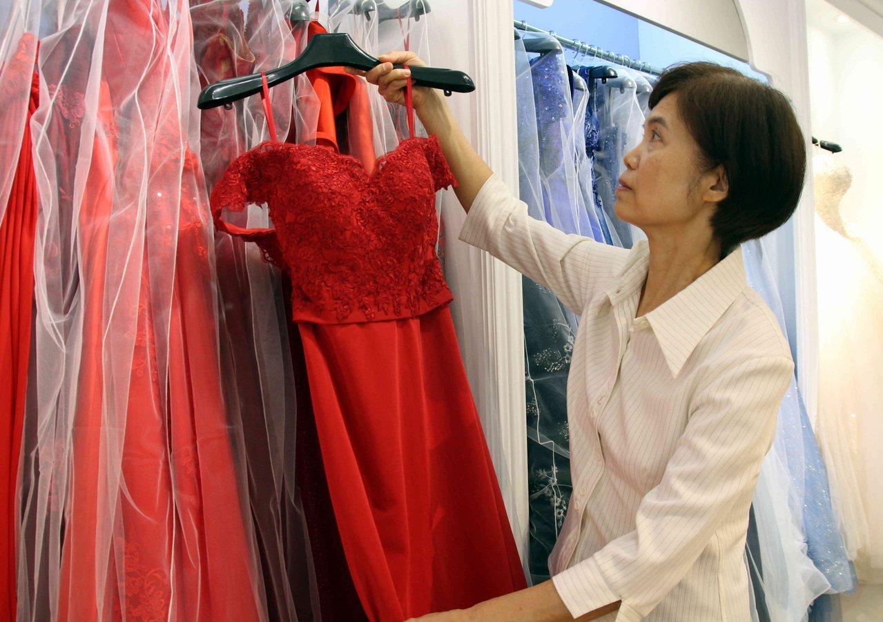 退休公務員蕭秀霞與姊妹創業經營婚紗店,開啟事業第二春。 圖/林敬家 攝影