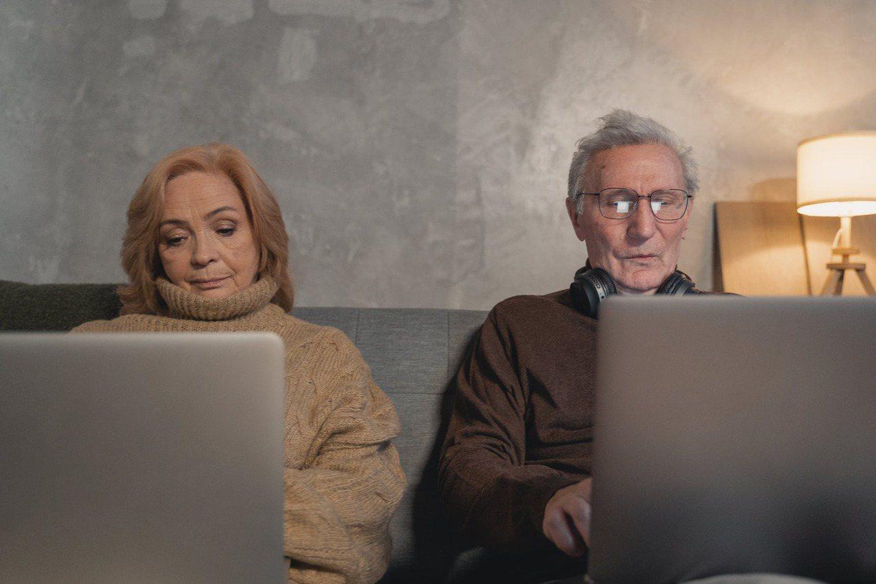 別說是晚年孤獨的老人家,就連正值年輕有為的壯年們,都面對不憂鬱也難的狀況。 圖/...