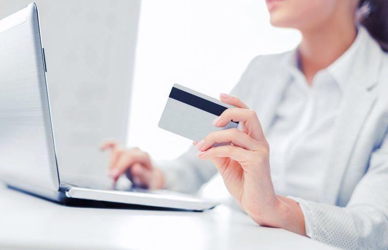 有位35歲的女網友因為沒有信用卡,震驚同事圈。她覺得自己好像被當成原始人,忍不住疑惑「難道真的一定要有信用卡嗎?」圖片來源/ingimage