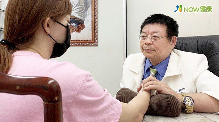 ▲中醫師宋和乾指出,藉由觀察脈象可得知心臟的健康狀況,透過內服藥和外用療法雙管齊...