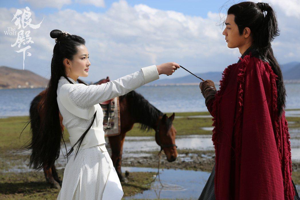 李沁(左)與肖戰演出「狼殿下」。圖 /京騰娛樂提供