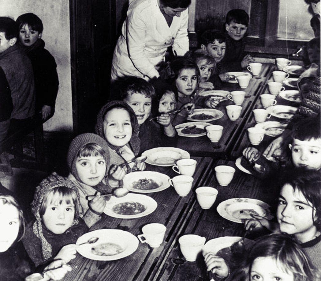 二戰時的英國兒童,正在接受戰時美援的食物補助。 圖/美國國會圖書館