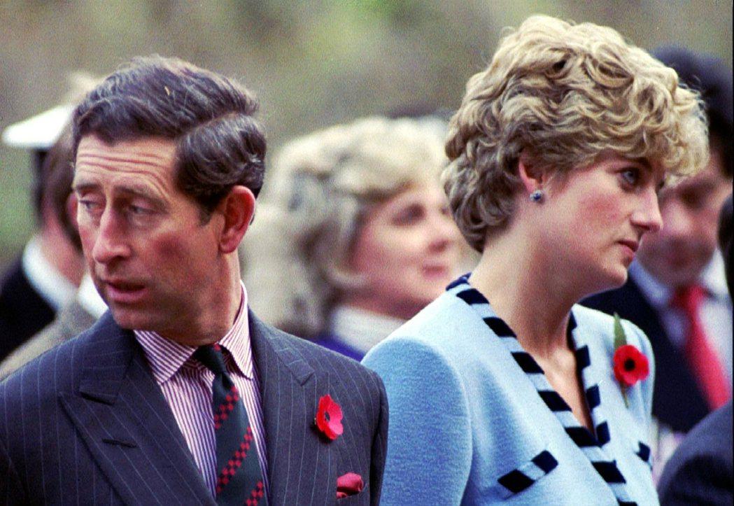 1992年11月,黛安娜與查爾斯在南韓的訪問中,醜聞連發的兩人關係已進入最後破裂...
