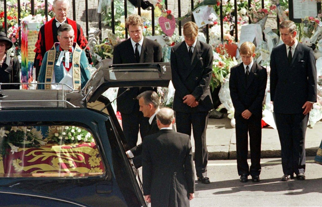 1997年黛妃國葬,送行者由右至左分別為威爾斯親王、哈利王子、威廉王子,與黛安娜...