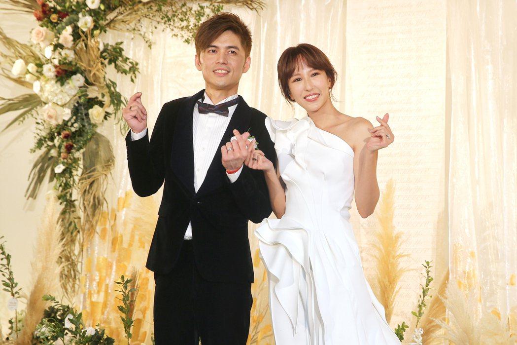 新加坡女歌手潘嘉麗(右)與音樂製作人老公游政豪(左)在晶華酒店舉辦婚宴。記者林伯...