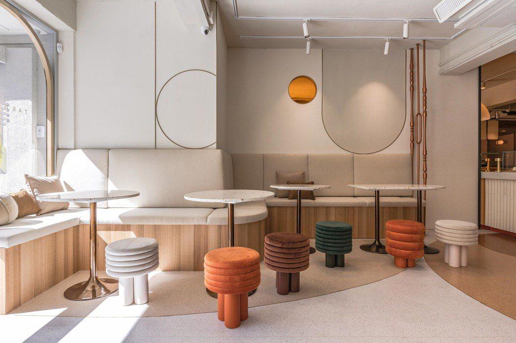 TART TAIPEI將圓形蛋塔化為靈感,選用各式圓型、弧型配件及訂製造型椅。 ...
