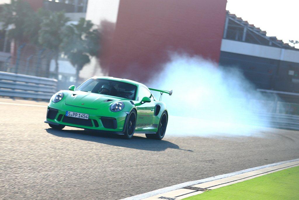 依循Porsche World Roadshow駕訓體驗營傳統,所有課程與體驗關...