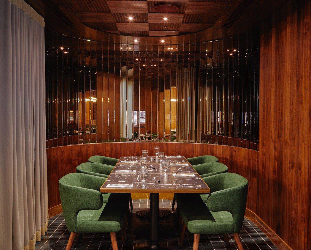 餐廳設有4-6人與20人的包廂座位,有如小型劇場舞台,各自呈現不同的設計細節。 ...