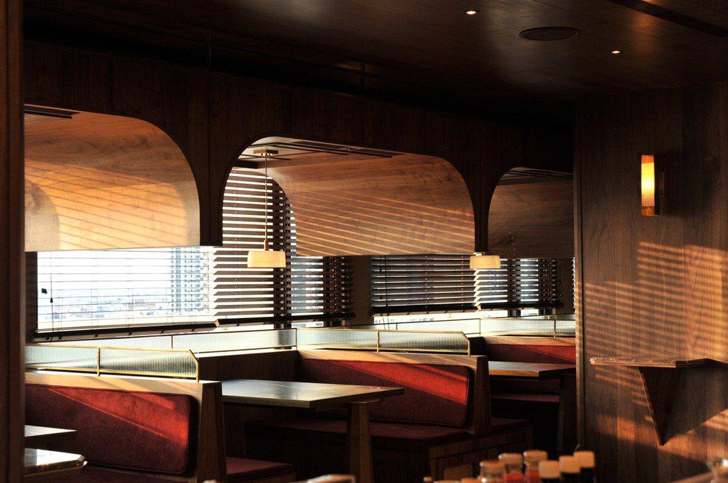 位於天下南隅(原天下大飯店)R樓的圓頂西餐廳,以深紅色系為主軸,與木質互搭出溫暖...