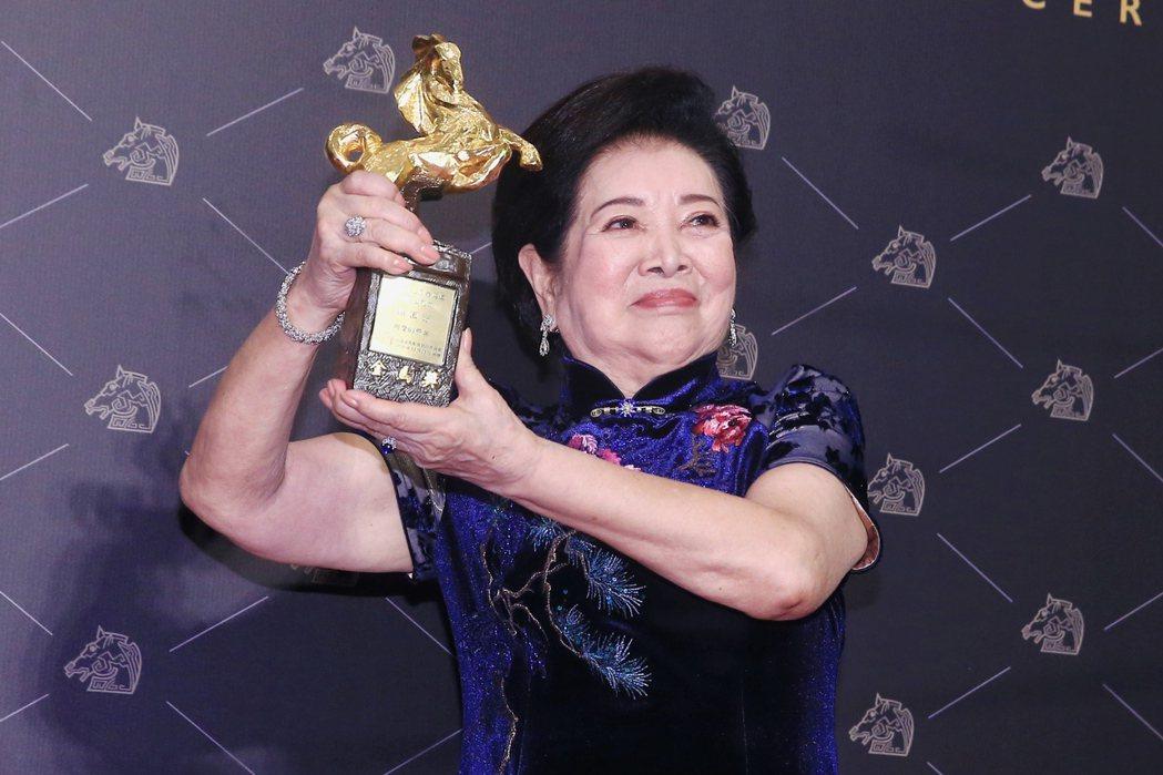 第57屆金馬獎頒獎典禮在國父紀念館舉行,陳淑芳以《 親愛的房客》獲頒最佳女配角。...