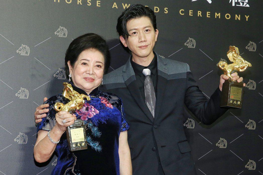 第57屆金馬獎頒獎,影帝莫子儀(右)與女配角、影后雙料得主陳淑芳合影。記者林伯東