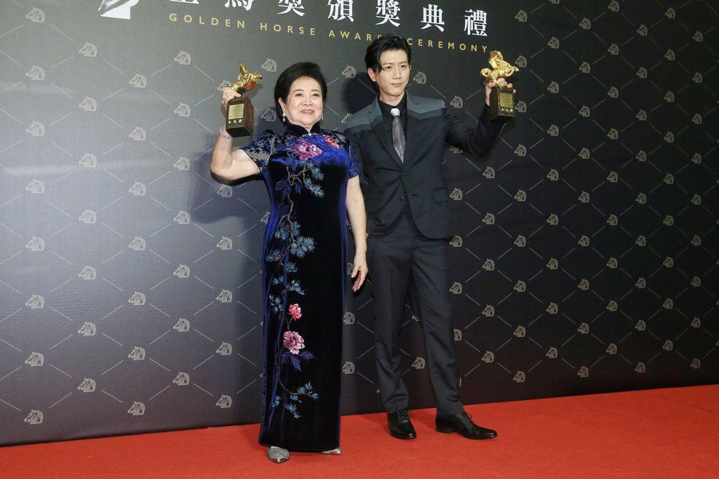第57屆金馬獎頒獎典禮在國父紀念館舉行,最佳男主角《親愛的房客》莫子儀(右)與最...